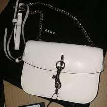 Белая сумка DKNY, в Москве