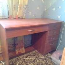 Стол письменный в отличном состоянии, в г.Ясиноватая