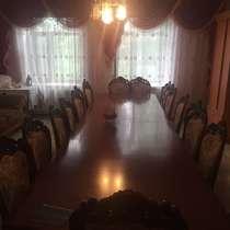 Продам стол размер 4.5 на 2,3 дубовый со стульями 24 шт, в г.Талдыкорган