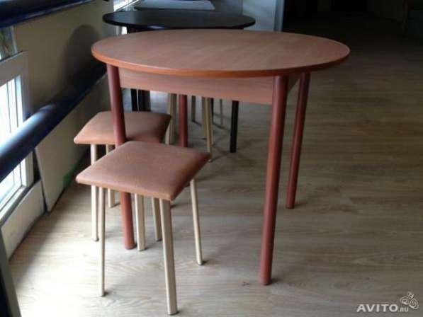 Круглые столы в разных цветах