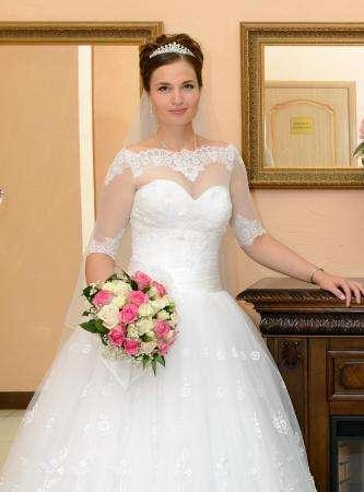 Кружевное пышное свадебное платье с вышивкой