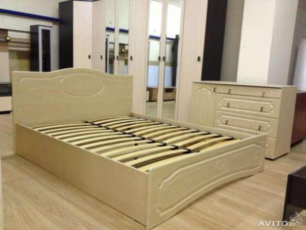 Кровать Оскар с резным изголовьем.