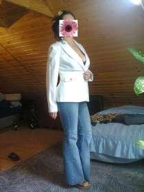 Пиджак белый, джинсы, в г.Каменоломни