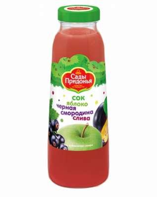 Сок из яблок, черной смородины и сливы в стеклянной бутылке