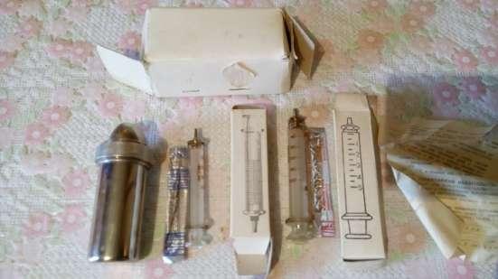 Контейнер с держателем для игл и шприца, шприцы стеклянные