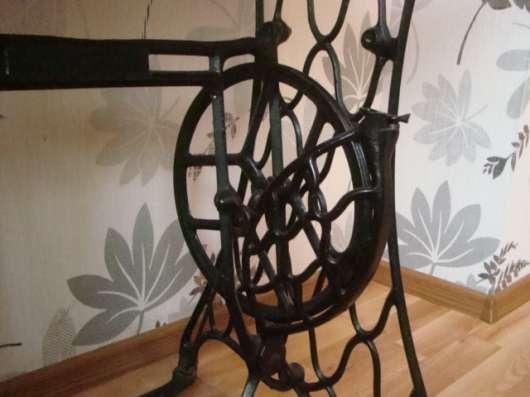 Авторский винтажный столик на станине зингер 1900г