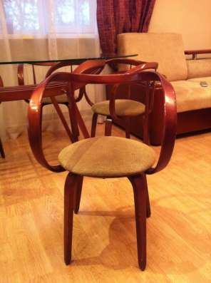 Продаю стол и стулья в гостиную-столовую