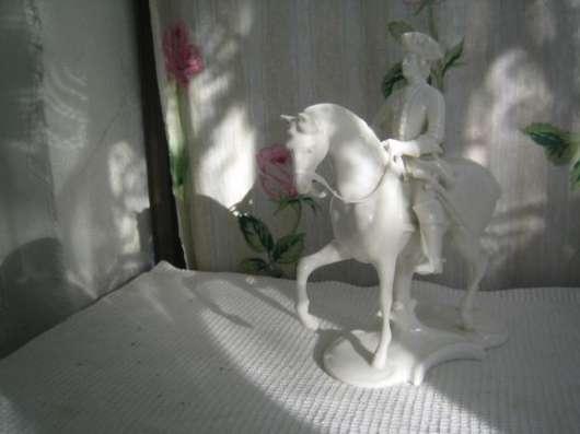 Фарфоровую статуэтку-Всадник на коне-,Германия,Нимфенбург,1920-е гг.,ск.Т.Кернер